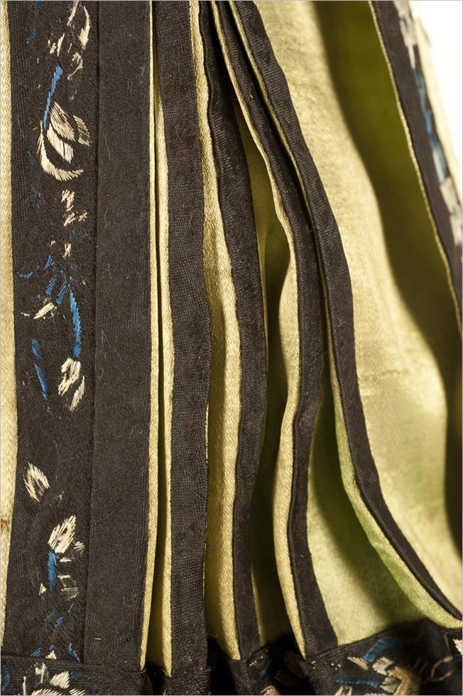 Detalle lateral de la faldilla del maniquí femenino