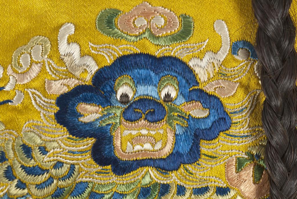 Detalle de la chaqueta masculina con la cara frontal del dragón